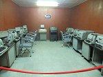 通信機器、机、パイプ椅子など当時使用されていたものが各部屋に置いてある