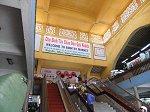 メインゲート奥の階段とエスカレーター