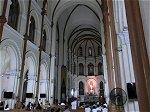 シンプルな装飾の大聖堂内部