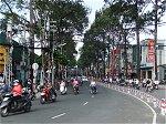 路上に溢れる400万台に上るバイクと真っ直ぐに伸びた巨木の街路樹
