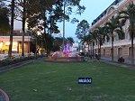 市民劇場の緑地と噴水