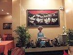アオザイを着た女性の奏でる民族楽器でライブを堪能しながらディナーを頂ける
