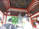 高村光雲作の沙竭羅(さから)龍王像をまつるお水舎、天井には「墨絵の龍」(東韻光画)が描かれている