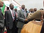インタビューを受けるケニア副大統領(中央)