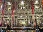 絢爛豪華な内装に囲まれた神仏様