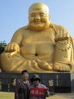 境内に鎮座する弥勒大佛像。大仏の内部は民族文物館になっている
