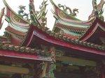 前殿の屋根には極彩色の龍や鳳凰が羽ばたいている