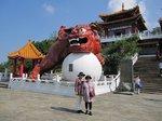 日月潭湖畔に建つ文武廟・拝殿と巨大な狛犬