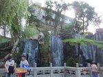 前殿前広場右側の大きな滝