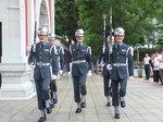 大門を出発する儀杖兵隊5名