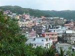 軽便路の展望所から九份の街を望む、山の急斜面にへばりつくように家々が並ぶ