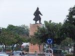サイゴン川のロータリーに建つチャン・フン・ダオ像