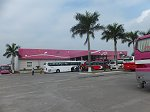 土産物店駐車場。レンガ工場の向いにあり沢山の観光バスが停まっている