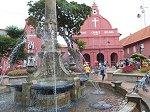 キリスト教会前のオランダ広場には噴水と時計台