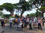 広場を歩く今回の総勢33名のツアーグループ