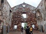 外壁だけ残し、廃墟のまま放置されている内部