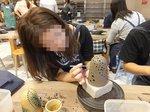 釣鐘形のカタチに好きなパターンで灯り穴を開けていく「陶器ランプシェード」