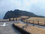 10万年前の海底噴火によってできた巨大岩山は済州島を代表する景勝地の1つ