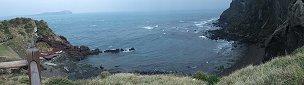 中腹にある展望台からの海側の眺め。牛島が見える
