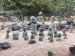 挟才窟と双龍窟を結ぶ散策路にある石の像
