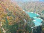 刻々と変化する木々の色、眼下のエメラルドグリーンの二居湖や清流を楽しむ
