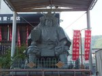 信玄館入口前の信玄公像。正面ではなく若干左のほうを見ているのは、向かいの恵林寺にある信玄公のお墓を見つめているそうな