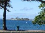 本島ヌメアからカナール島を望む