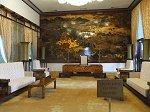 壁一面に立派な漆絵で国の歴史の物語が描かれている国書提出室