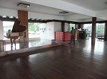 豪華な家具などの調度品が並んだバー、ダンスフロアのある4階