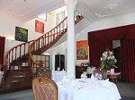 螺旋階段もあり豪邸をレストランに改装した感じ