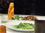 空心菜のガーリック炒めと竹筒容器からお皿に盛りつけた牛肉の炒め物
