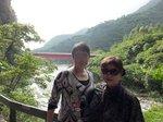 遊歩道から立霧渓に架かる赤い橋をバックに