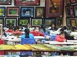 刺繍画を製作する枯草剤被害者の若い女性たち