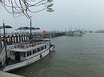 湾に突き出した船着場。ここから遊覧船に乗船