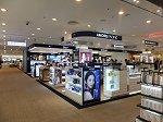 2Fの化粧品コーナー。1Fには済州島で唯一ルイ・ヴィトン、エルメス、ティファニーの3大人気ブランドの売場が入っている