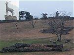 漢鹿址(鹿像)。漢拏山の方角を向いて故郷を懐かしんでいる像だそうだ。手前の土盛はお墓