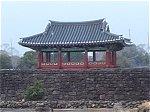 村を囲む城壁と旧県庁跡の城門