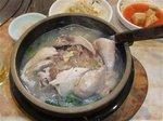 参鶏湯 内臓を抜いた鶏の腹にもち米や朝鮮人参を詰めて煮込んだ薬膳スープ(慶州)