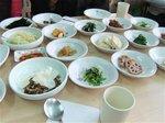 小皿に山菜や野菜が盛られた素朴な田舎料理(伽耶)